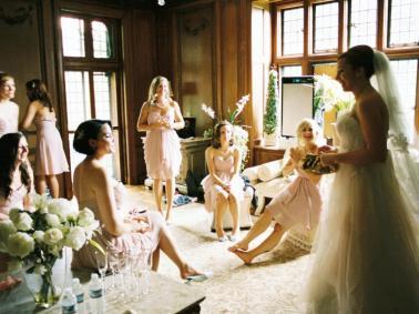 A reação das madrinhas e mãe da noiva ao vê-la pela 1a vez