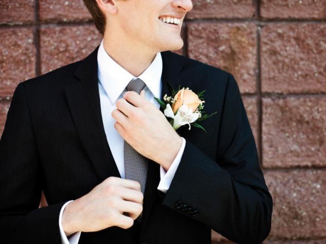 O arranjo da lapela do noivo