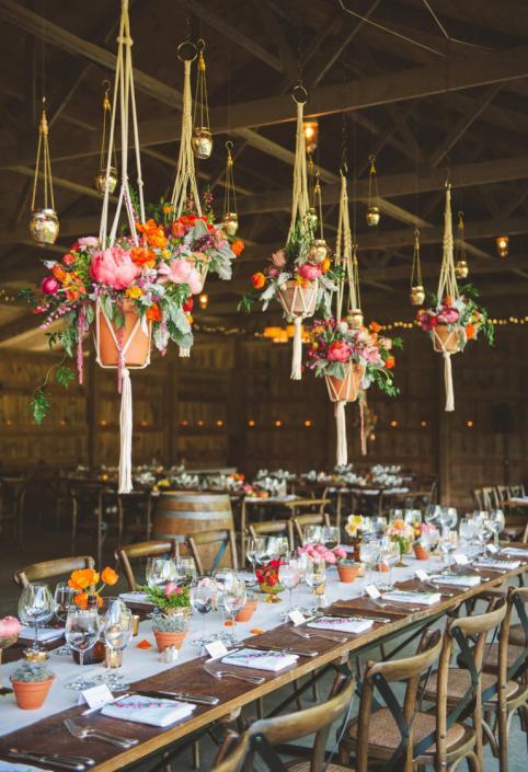 A decoração e disposição da festa antes de ser invadida pelo calor dos noivos e convidados